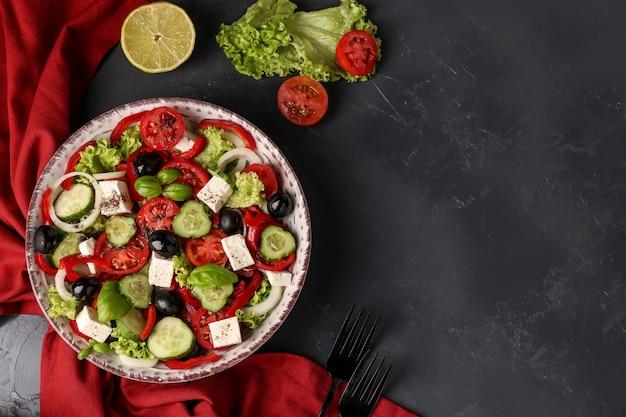 Saludable ensalada griega de lechuga verde,