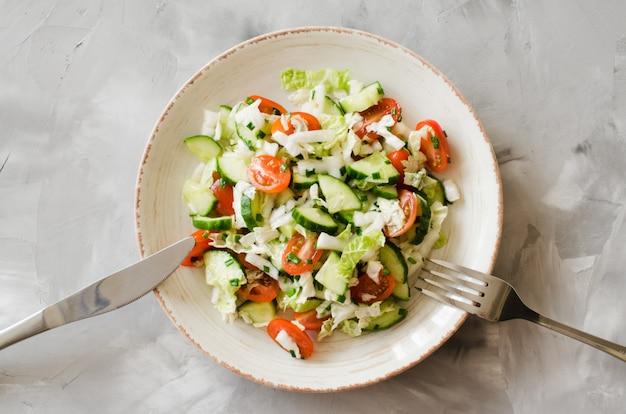 Saludable ensalada de verduras frescas. menú de dieta para el almuerzo.
