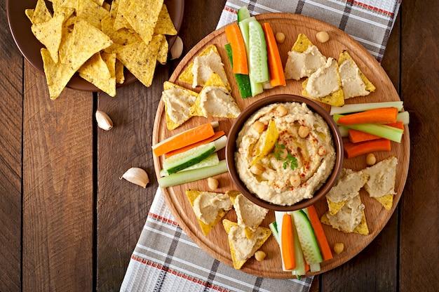 Saludable hummus casero con aceite de oliva y chips de pita