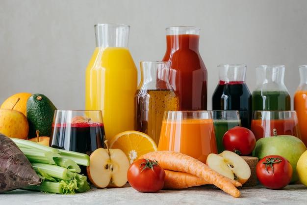 Saludable jugo fresco hecho de ingredientes saludables. frutas y verduras en la mesa
