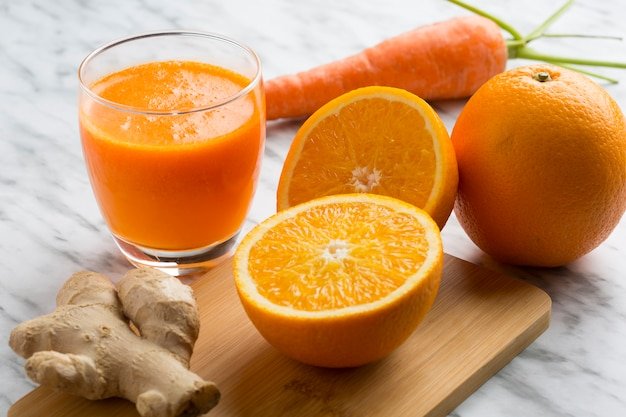 Saludable jugo de naranja, zanahoria y jengibre. vista superior