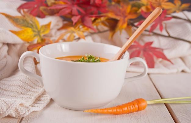 Saludable sopa de crema de zanahoria
