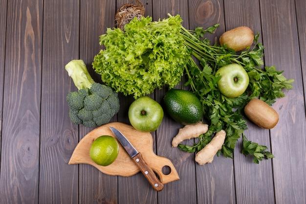 Saludable verduras y frutas para batido se encuentran sobre la mesa