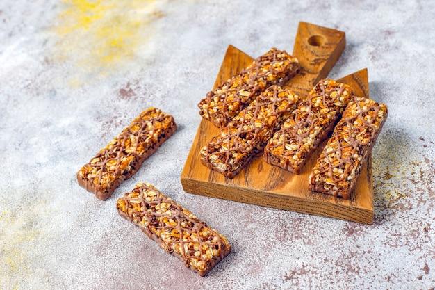 Saludables deliciosas barras de granola con chocolate, barras de muesli con nueces y frutas secas, vista superior