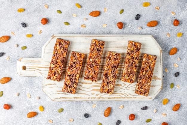 Saludables deliciosas barras de granola con chocolate, barras de muesli con nueces y frutas secas