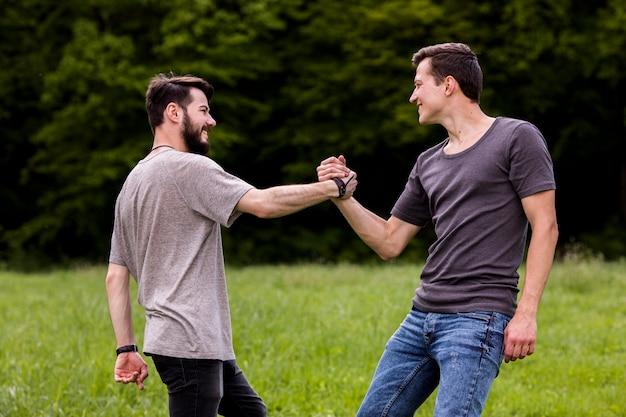 Saludando amigos en la naturaleza