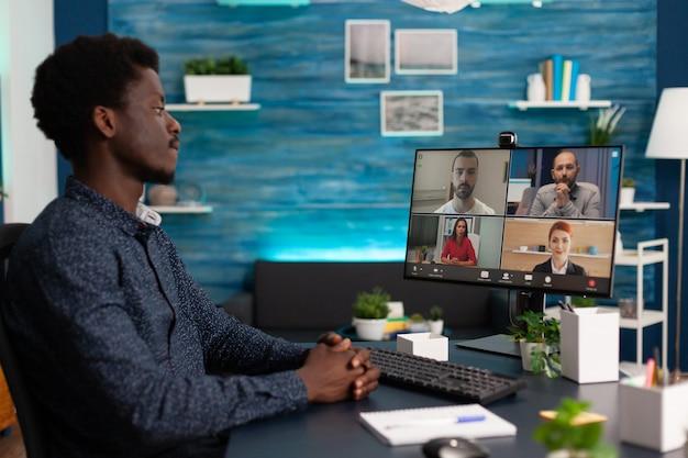 Saludo de adolescente africano discutiendo con el equipo de negocios de la escuela