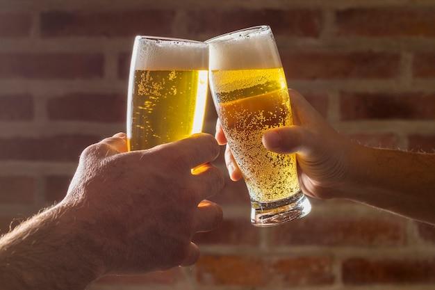 Saludo de alegría de alto ángulo con cerveza