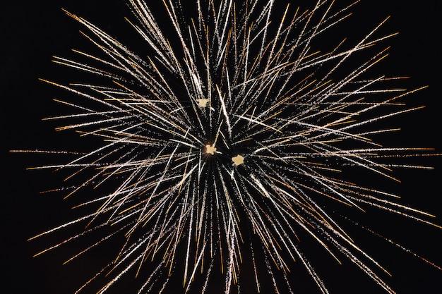 Saludo de celebración contra el fondo del cielo nocturno