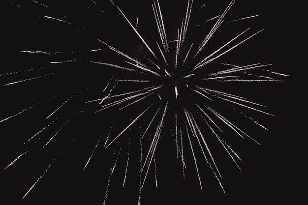 Saludo multicolor festivo en el fondo del cielo nocturno oscuro. saludo desde la pirotecnia.
