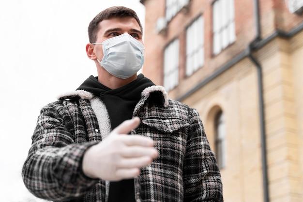 Saludos alternativos hombre estrecharme la mano con guantes
