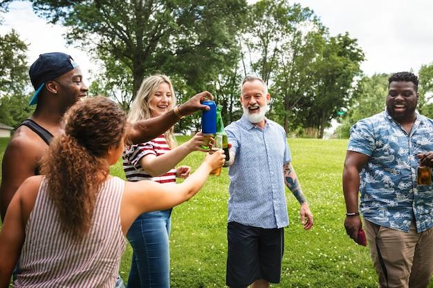 Saludos con cerveza en una fiesta de verano en el parque