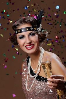 Saludos, fiesta mujer con fondo de confeti
