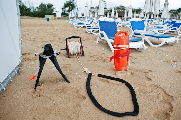 Salvavidas en sunny beach en el mar negro en bulgaria. vacaciones de viaje de vacaciones de verano.
