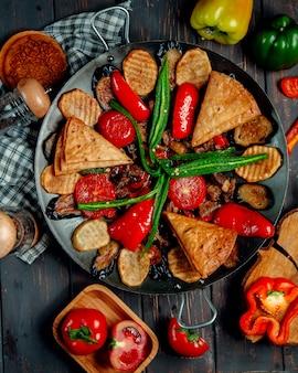Salvia de carne con champiñones papas y verduras vista superior