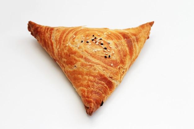 Samosa aislado en blanco, comida oriental.