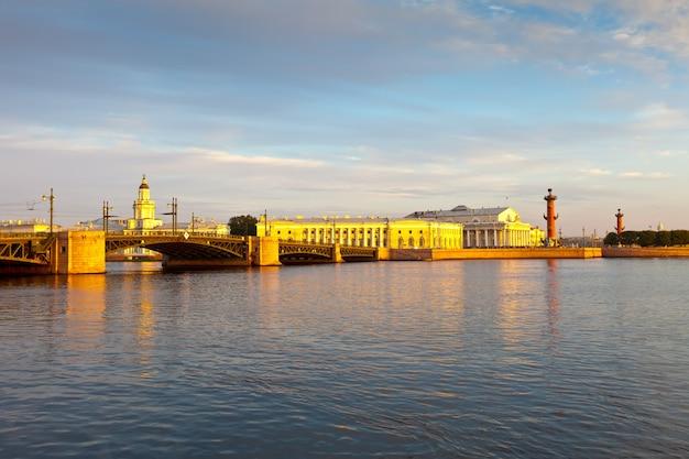 San petersburgo. puente del palacio en la mañana