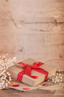 San valentín con pequeño regalo.