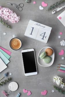 San valentín plano con flores de jacinto de perlas, eucalipto, teléfono móvil y postales de regalo