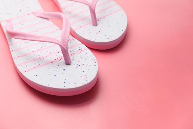 Sandalias de colores en el espacio en blanco de cerca.