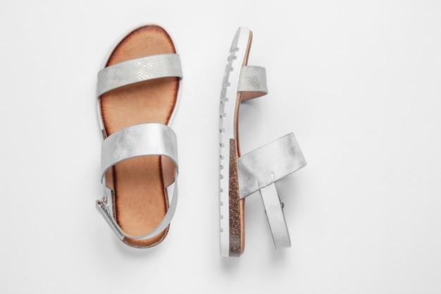 Sandalias femeninas con estilo en blanco.