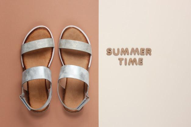 Sandalias femeninas de moda en marrón beige con palabras horario de verano.