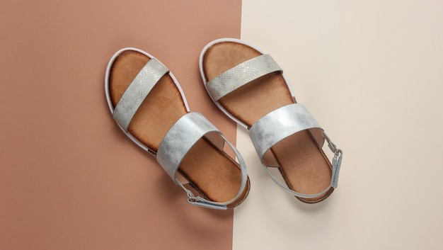 Sandalias femeninas de moda en marrón beige.