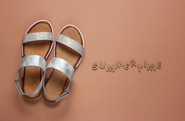 Sandalias femeninas de moda en marrón con palabra verano.