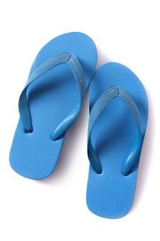 Sandalias flip flop azules aisladas sobre fondo blanco