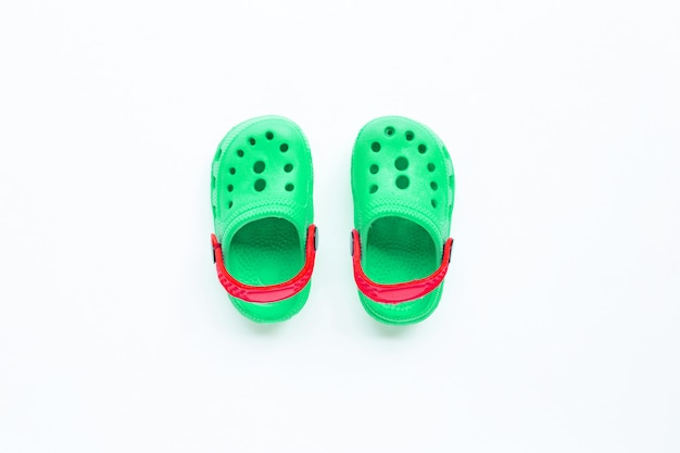 Sandalias de goma verde para niños