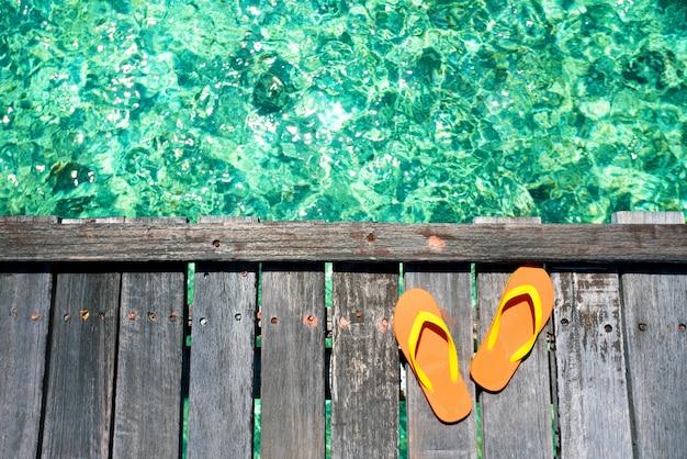 Sandalias en la hermosa playa - vacaciones de verano