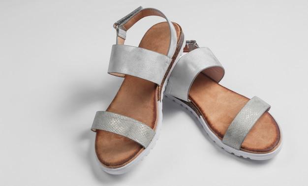 Sandalias de mujer de moda en primer plano blanco