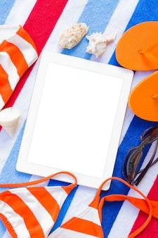Sandalias naranjas y natación siut en arena