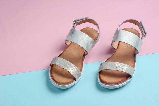 Sandalias de piel para mujer en azul-rosa.