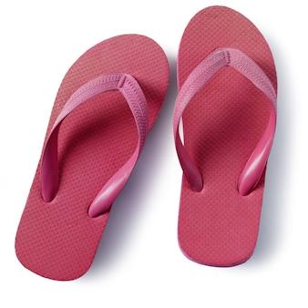 Sandalias de playa rojas flip-flop aisladas sobre fondo blanco