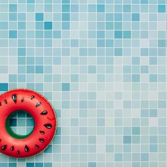 Sandía inflable sobre un fondo de piscina