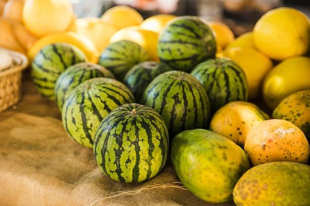 Sandía; papaya y melón en puesto de mercado.