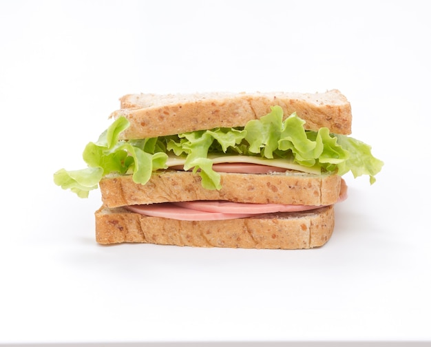 Sandwich aislado sobre fondo blanco.