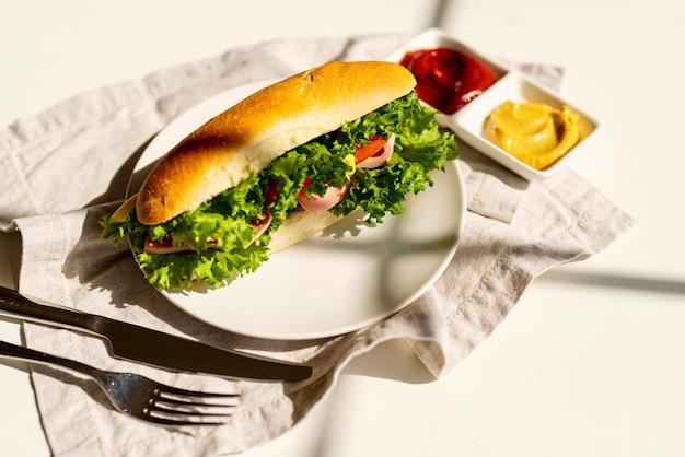 Sándwich de alta vista en un plato