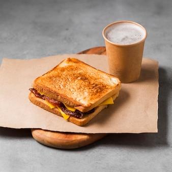 Sándwich de alto ángulo con café