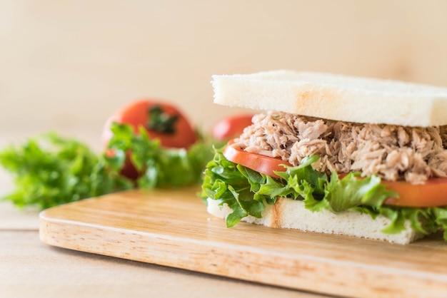 Sandwich de atún en madera