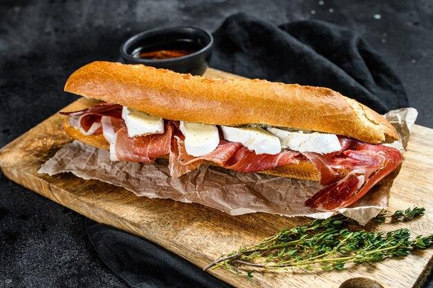 Sándwich de baguette con jamón