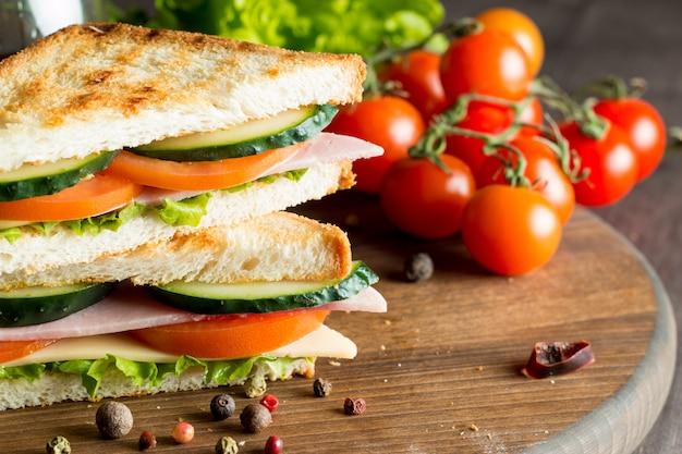 Sandwich de carne y verduras.