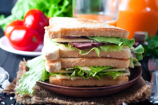 Sándwich casero con ensalada