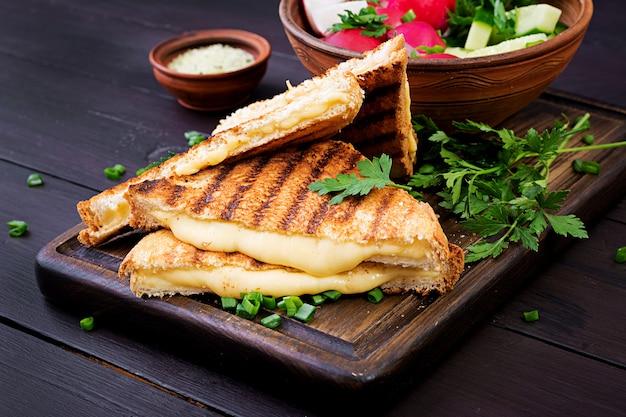 Sándwich casero de queso a la parrilla para el desayuno