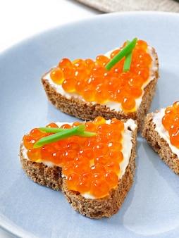 Sandwich con caviar rojo en forma de corazón