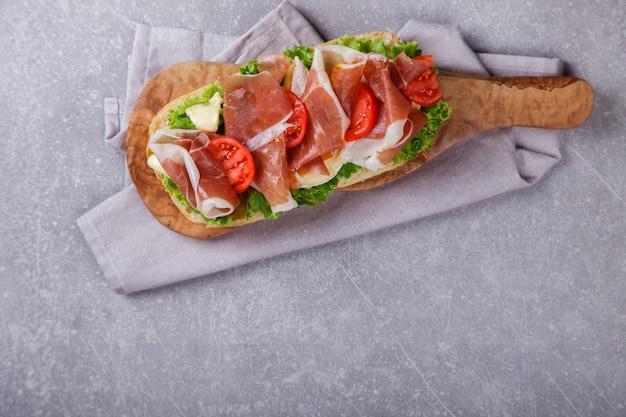 Sándwich con ciabatta, jamón, lechuga de queso brie