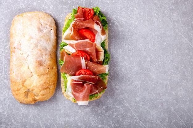 Sándwich de ciabatta, jamón, queso brie y lechuga
