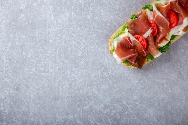 Sándwich con ciabatta, prosciutto, lechuga