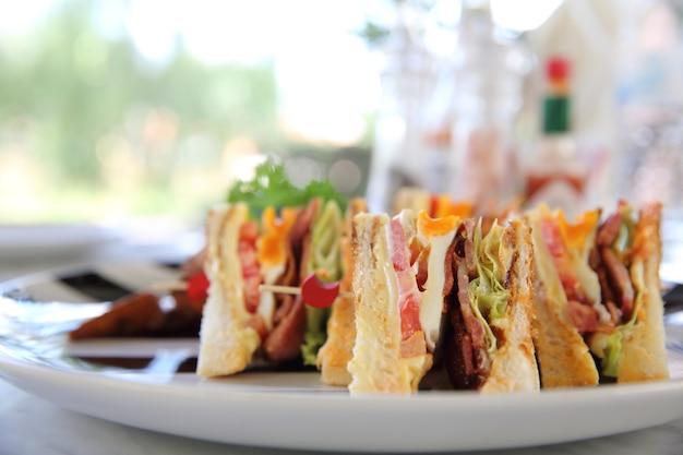 Sándwich club de desayuno con patatas fritas